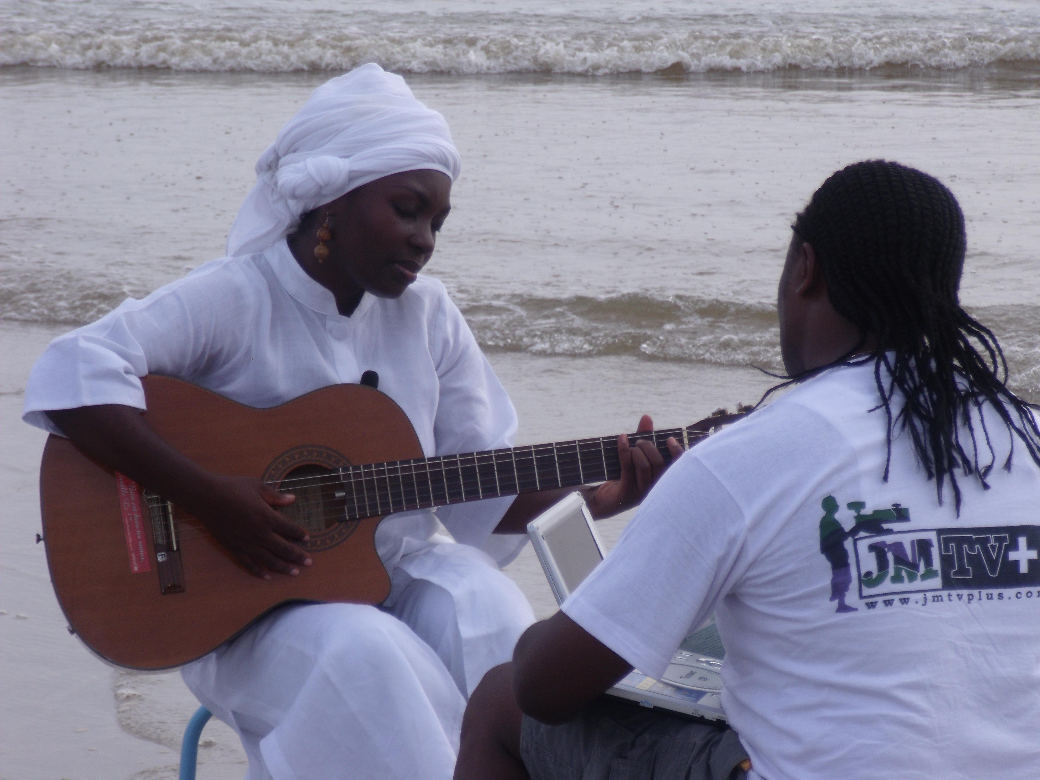Entretien avec Annie-Flore BATCHIELLILYS,la divas de la chanson africaine, 1è partie