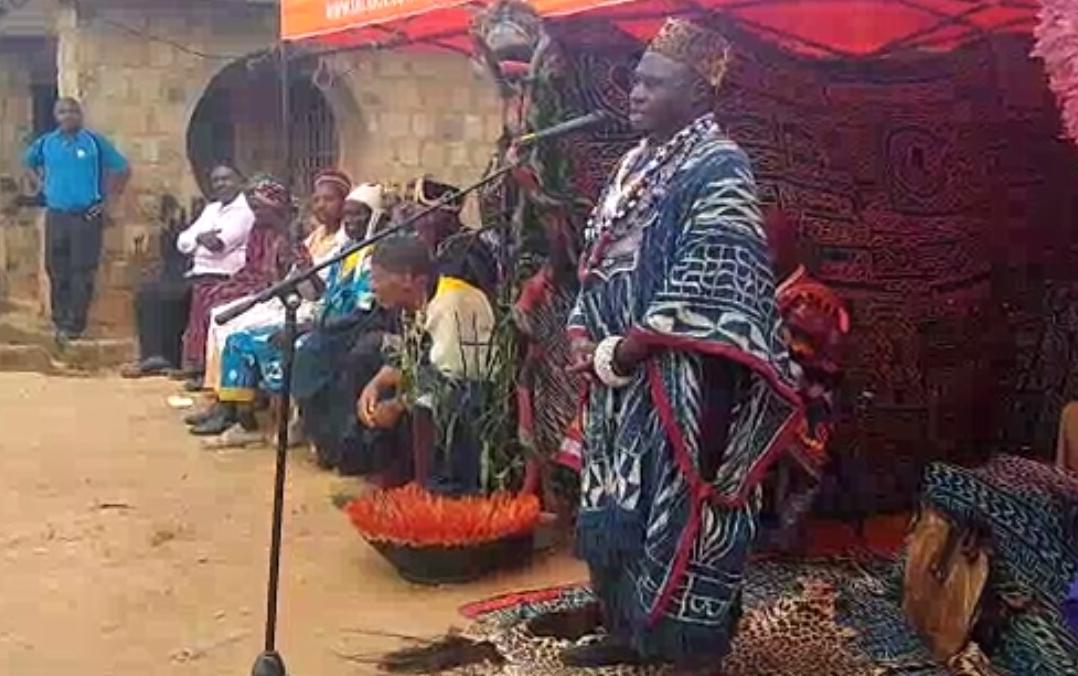 RÉVÉRENCE AU ROI DES BANGOU, S.M MAURICE NGAMBOU KEMAYOU